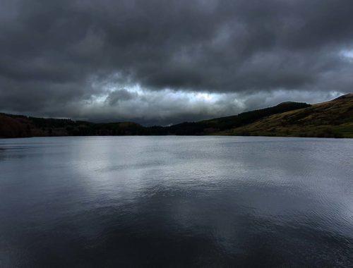 Randonner par temps orageux sur un lac en Auvergne